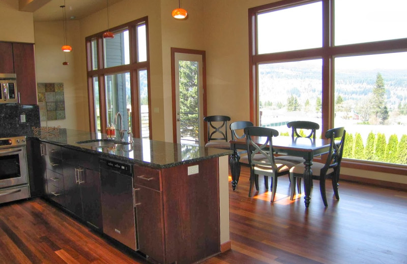 Vacation rental dining room at Gorge Rentals.