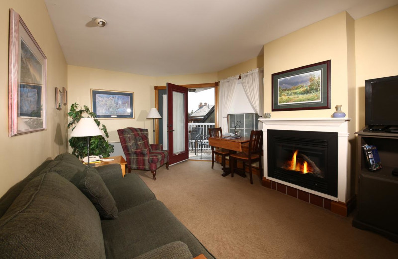 Guest living room at Kettle Creek Inn & Restaurant.