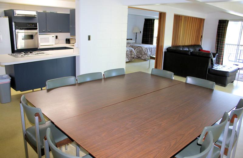 Guest dining room at Lynnhurst Family Resort.