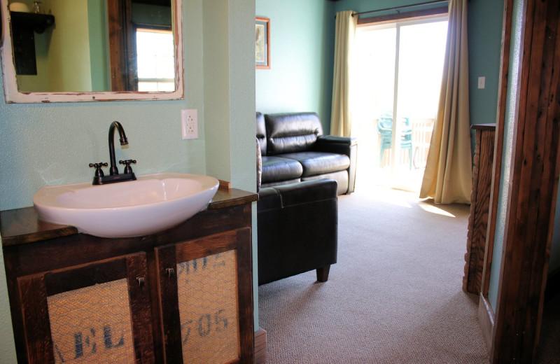 Guest bathroom at Lynnhurst Family Resort.