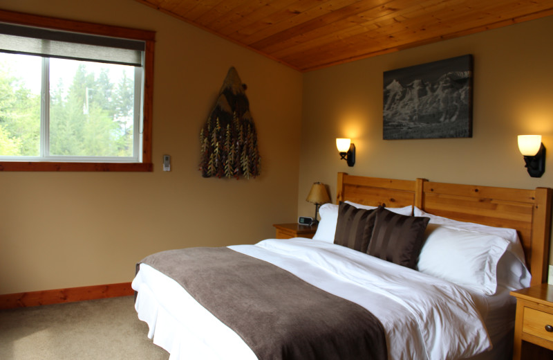 Rental bedroom at Cedar House Restaurant & Chalets.