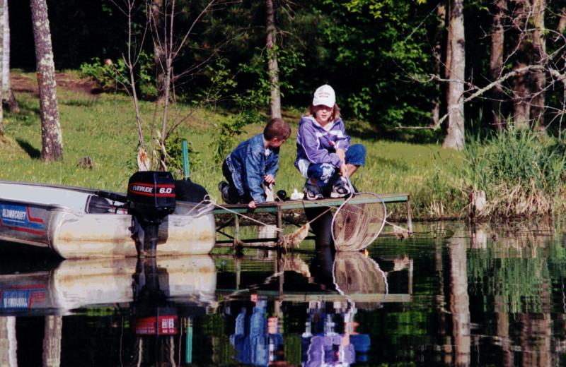Little Norway Resort - Kids fishing off the dock