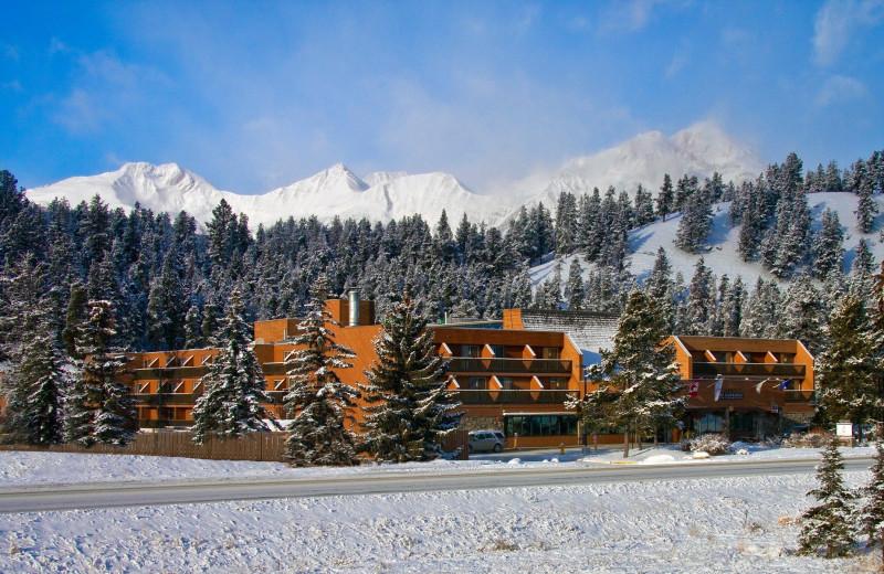 Exterior view of Sawridge Hotel Jasper.