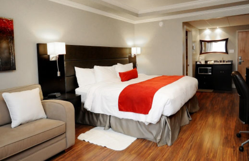 Guest room at Hotel & Suites Le Dauphin Drummondville.