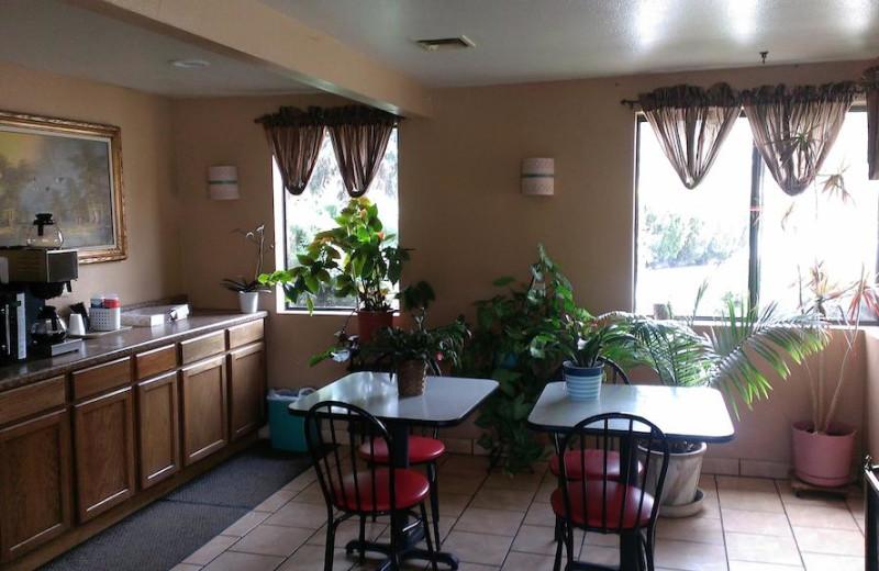 Dining at Prescott Sierra Inn.