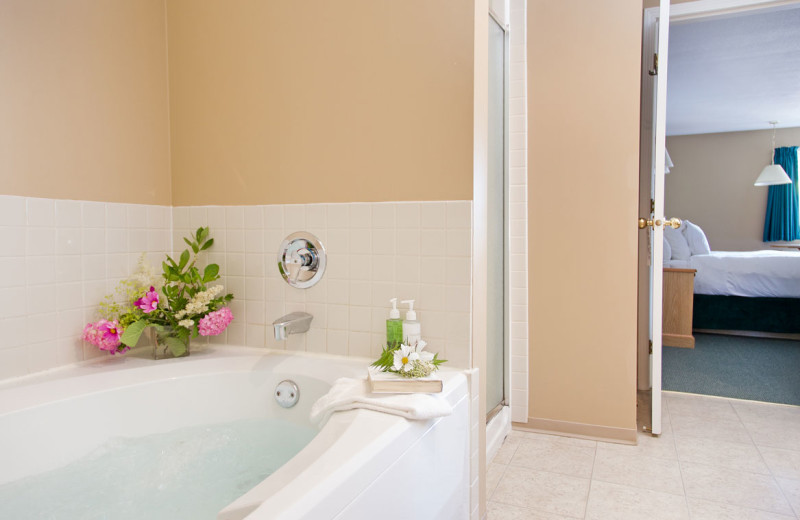 Guest bathroom at The Lodge at Arrow Lakes.