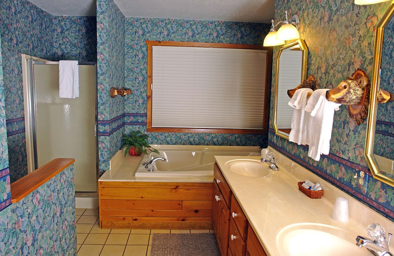 Cabin bathroom at The Beacons of Minocqua.