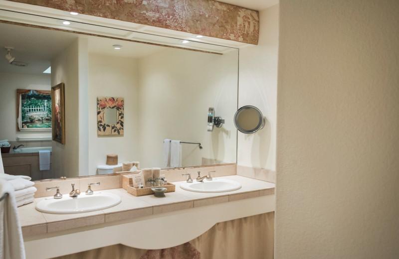 Cottage bathroom at Cottage Grove Inn.
