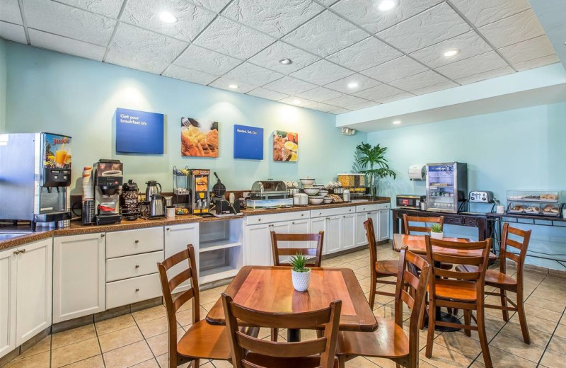 Dining at Comfort Inn & Suites, San Juan Levittown.
