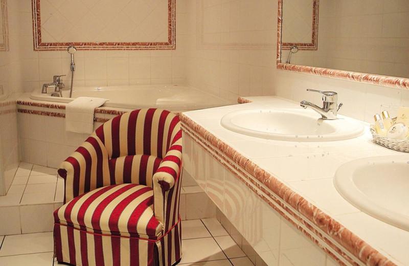 Guest bathroom at Hôtel Restaurant Hervé Garrapit.