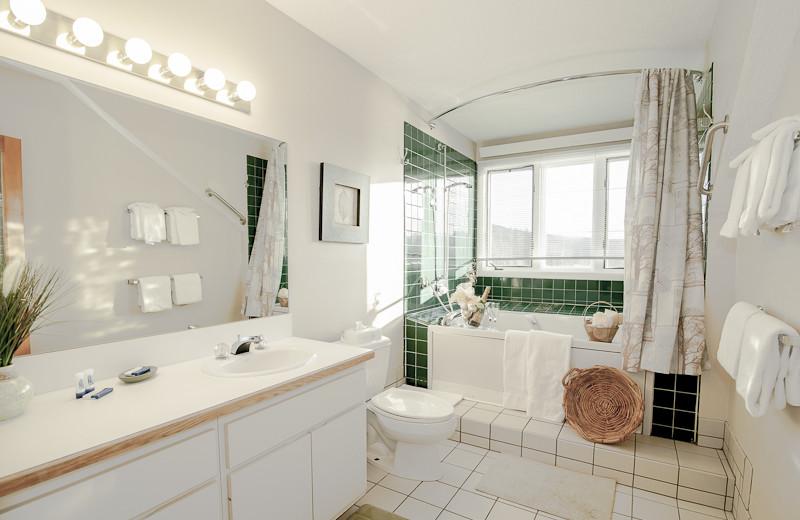 Guest bathroom at Rivergreen Resort.