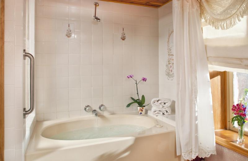 Guest bathroom at Adkins 5 Ojo Inn Bed and Breakfast.