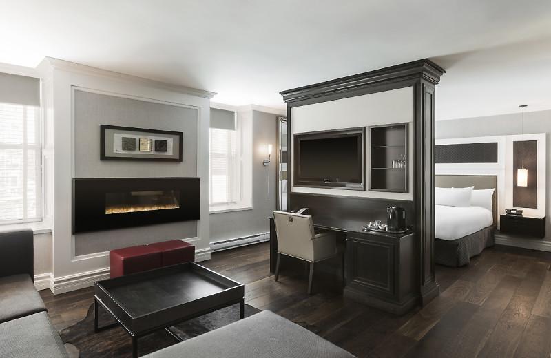 Guest room at Hôtel Manoir Victoria.