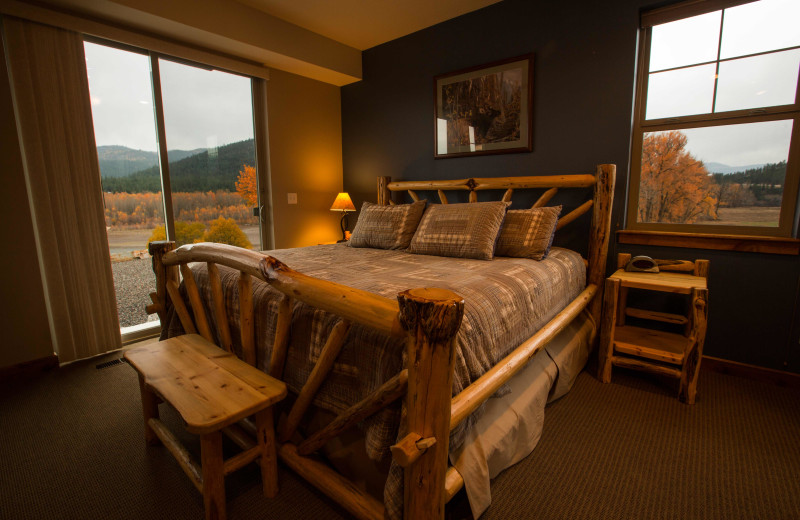 Guest bedroom at Missoula River Lodge.
