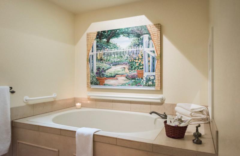 Cottage hot tub at Cottage Grove Inn.