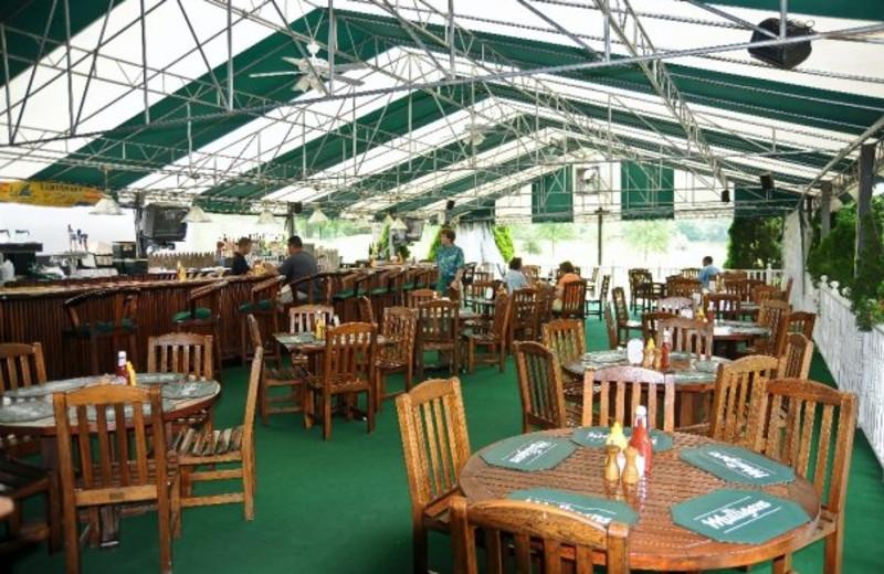 Outdoor dining at Doral Arrowwood.