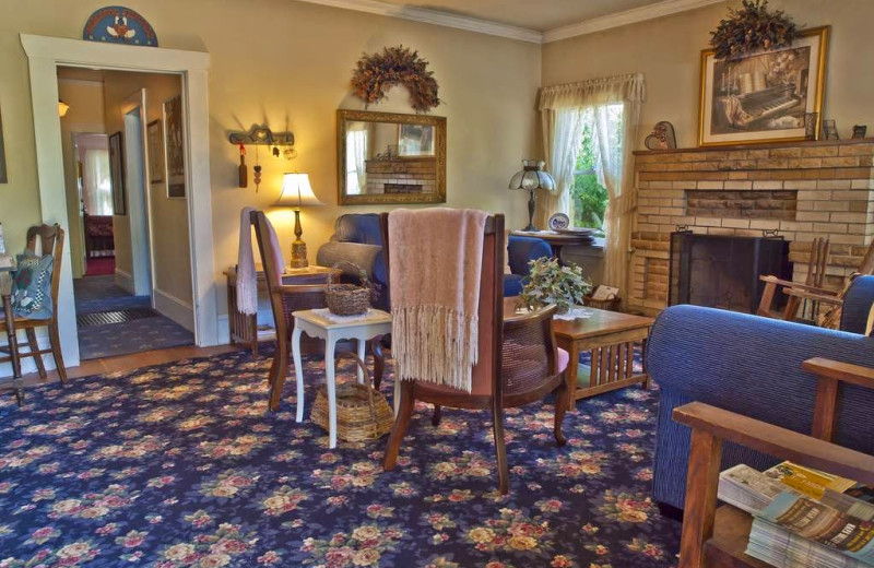 Guest living room at Shady Oaks Country Inn.