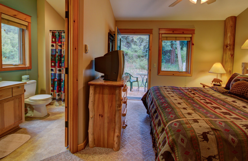 Guest room at River Stone Resorts & Bear Paw Suites.