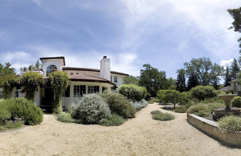 Exterior view of Casa Lana Bed & Breakfast.