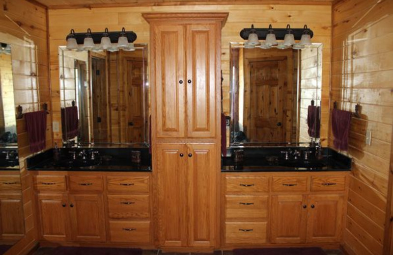 Guest bathroom with two sinks at Saddleback Lodge.
