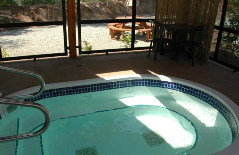 Hot tub at Honeymoon Bay Lodge & Retreat.