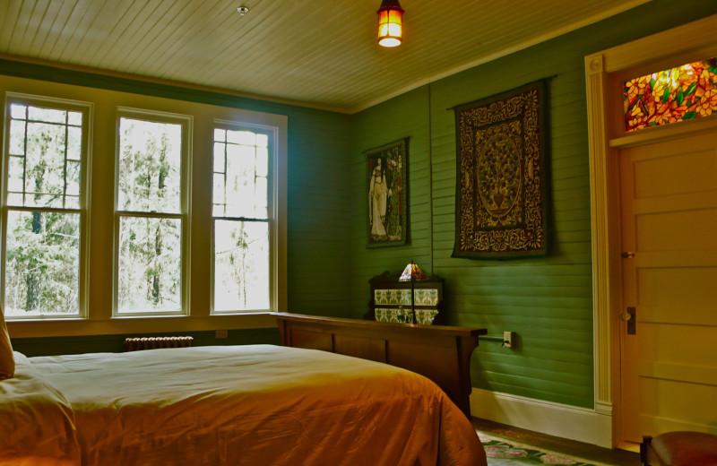 William Morris Room, Queen Bed at Spillian.