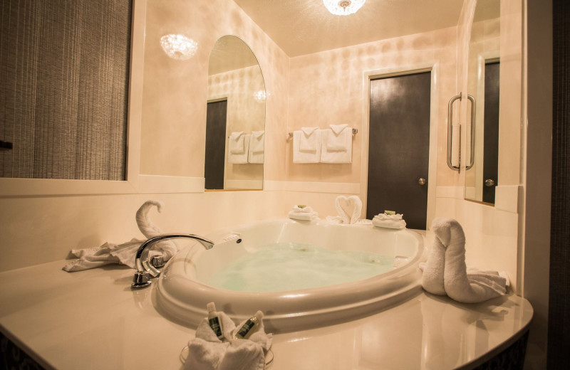 Suite jacuzzi at Best Western Coral Hills.