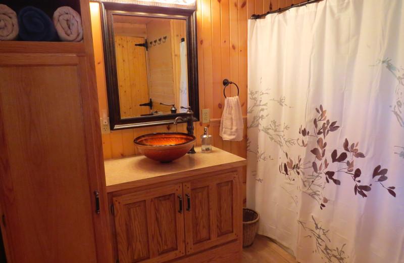 Cabin bathroom at Creeks Crossing Cabins.