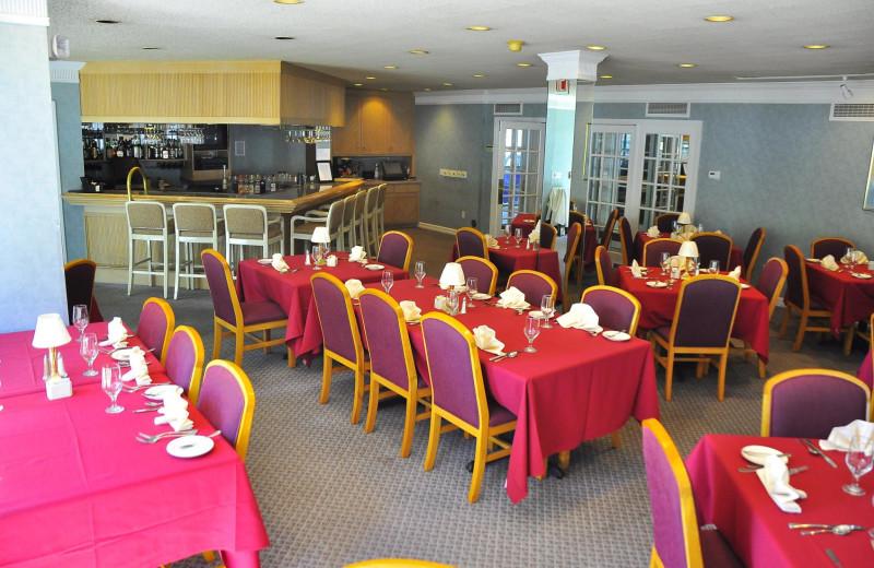 Group dining at Sawmill Creek Resort.