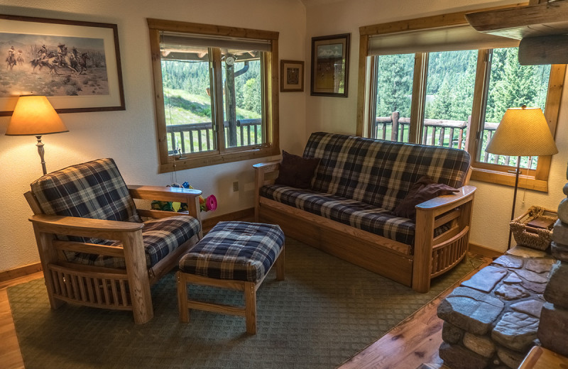 Living room at Montana River Lodge.
