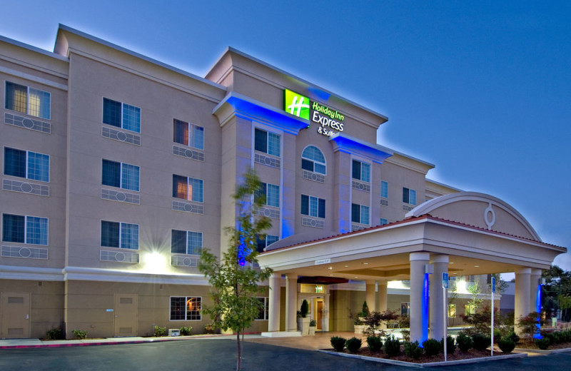 Exterior view of Holiday Inn Express Hotel & Suites Klamath Falls.