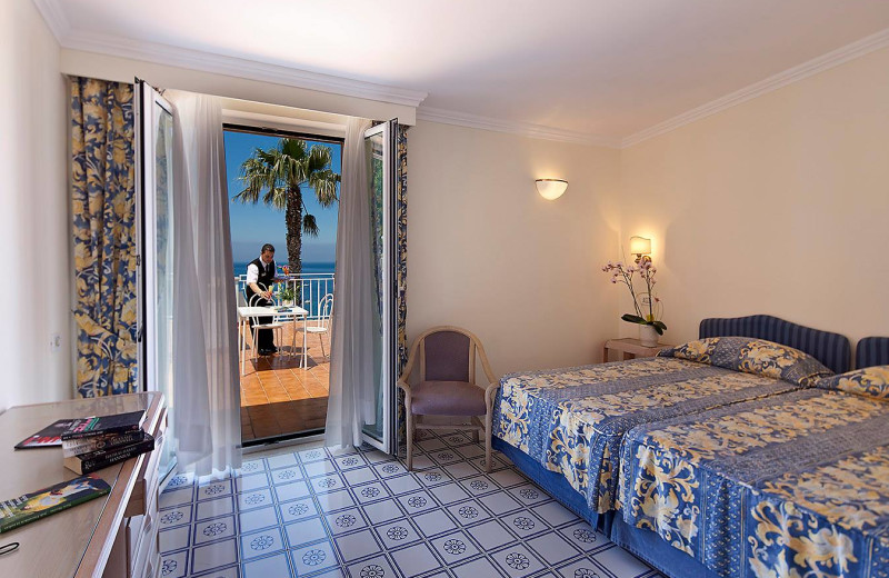 Guest room at Hotel Continental Mare.