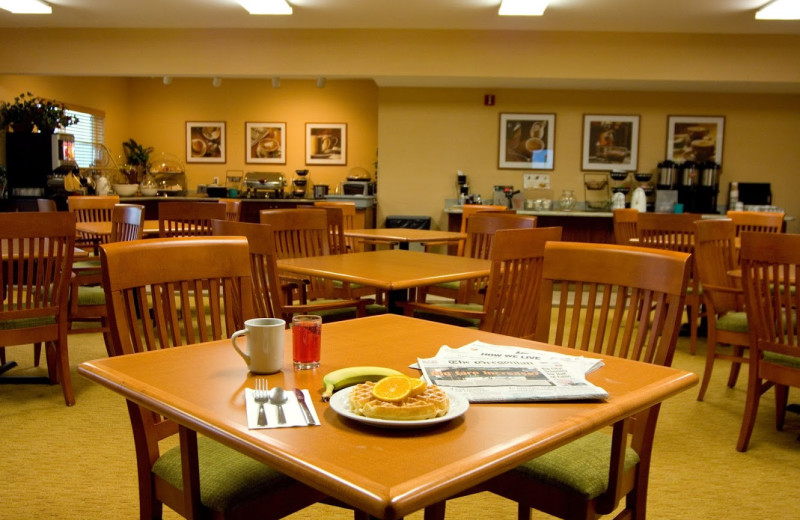 Breakfast room at Phoenix Inn Suites Vancouver.