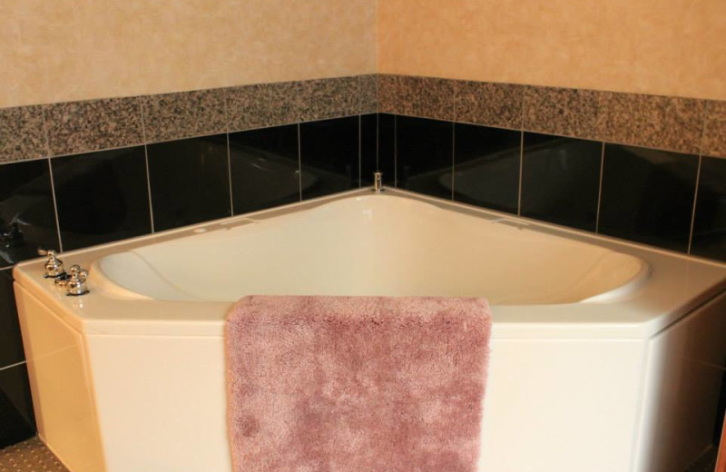 Jacuzzi at Rushmore Express Inn & Family Suites.