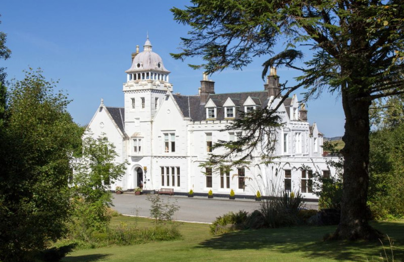 Exterior view of Skeabost House Hotel.