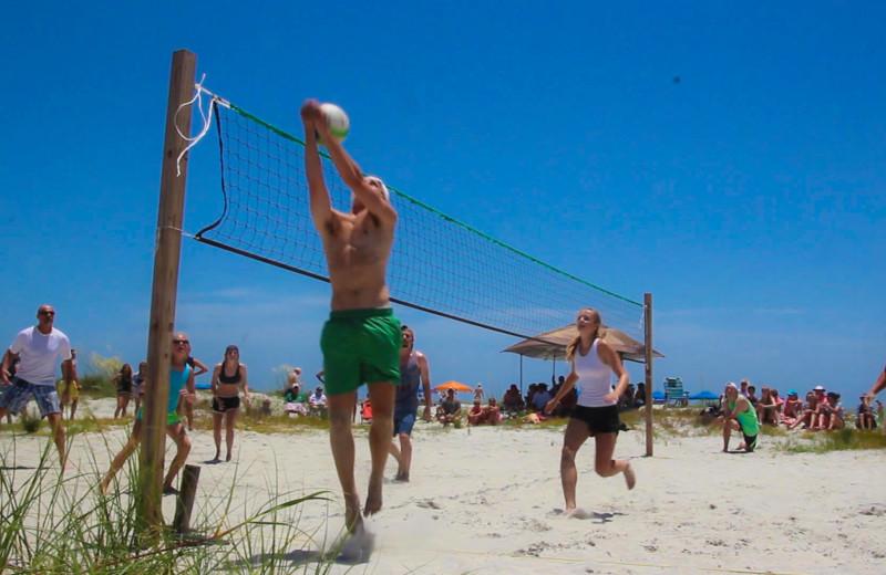 Family volleyball at Fripp Island Golf & Beach Resort.