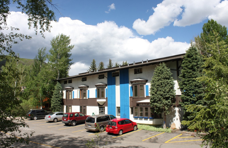 Exterior view of St. Moritz Lodge & Condominiums.