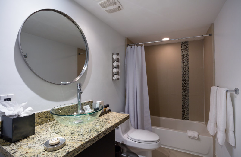 Guest bathroom at Bal Harbour Quarzo Luxury Boutique Hotel.