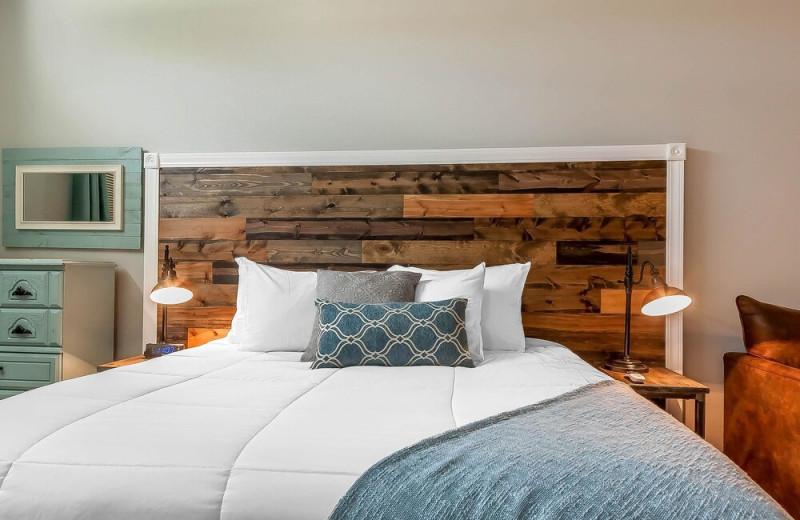 Guest bed at Lakes Inn at Dunvilla.