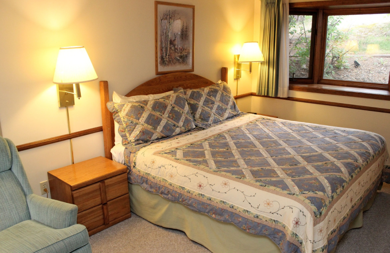 Suite bedroom at Sunnyside Knoll Resort.