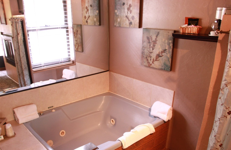 Bathroom tub at Old Creek Resort.