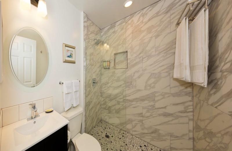Bathroom at Hale 'Ohu Bed & Breakfast.