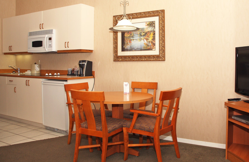 Family suite dining area at  Lakeside Lodge & Suites.