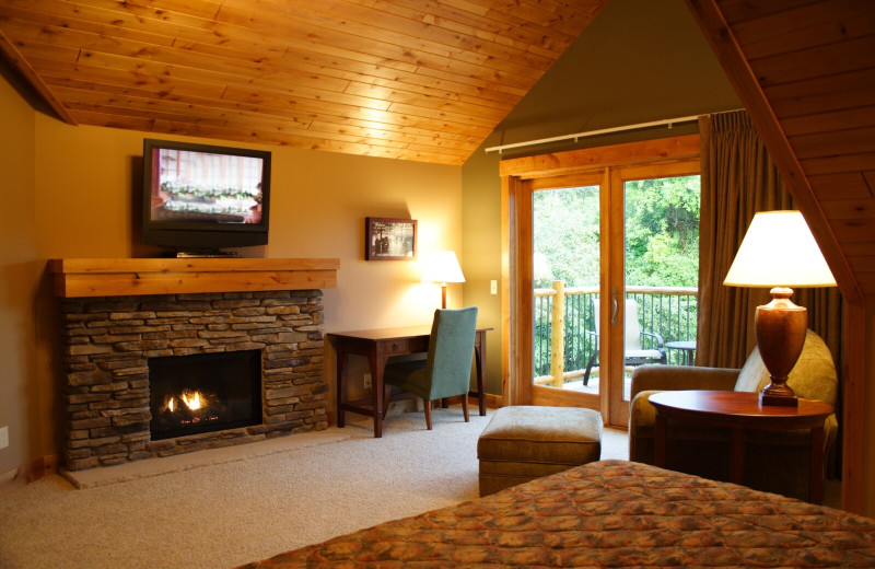 Guest room at Ruttger's Bay Lake Lodge.