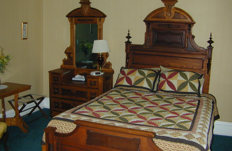 Guest bedroom at Eagles on the River and Anderson House Hotel.
