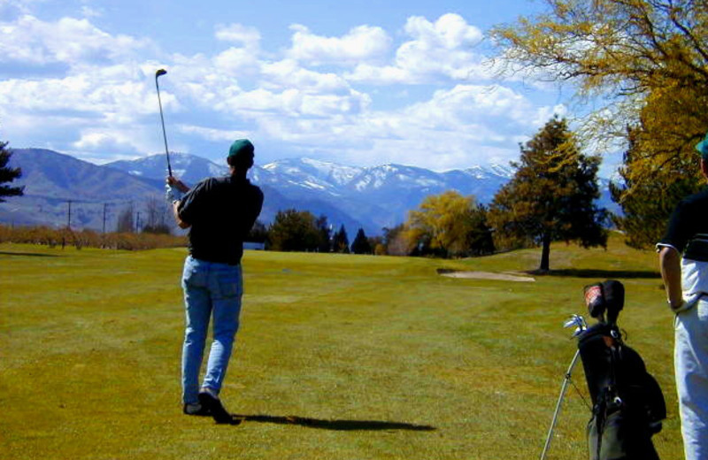 Playing golf at Lakeside Lodge & Suites.