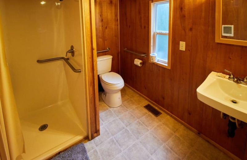 Cabin bathroom at Lone Star Jellystone.