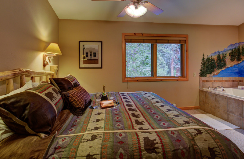 Guest bedroom at River Stone Resorts & Bear Paw Suites.