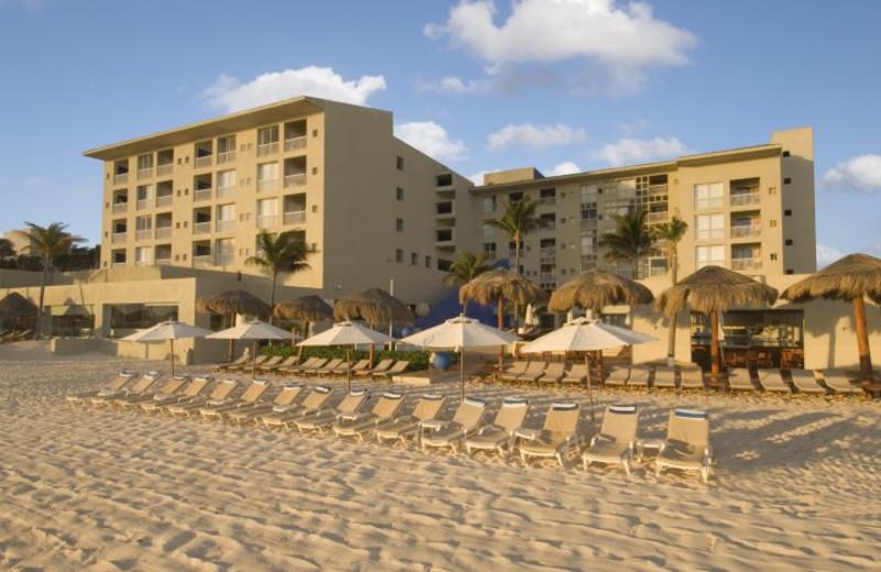 Exterior view of Raintrees Club Regina Cancun.