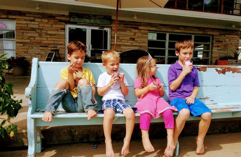 Family dining at Lynnhurst Family Resort.